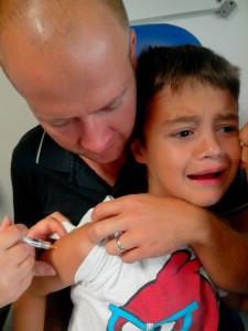 Anton fait semblant d'avoir peur pour le vaccin contre l'encéphalite japonaise