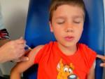 Titouan expire profondément lors de la piqure du vaccin contre l'encéphalite japonaise