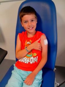 Titouan a un joli pansement après son vaccin contre la rage