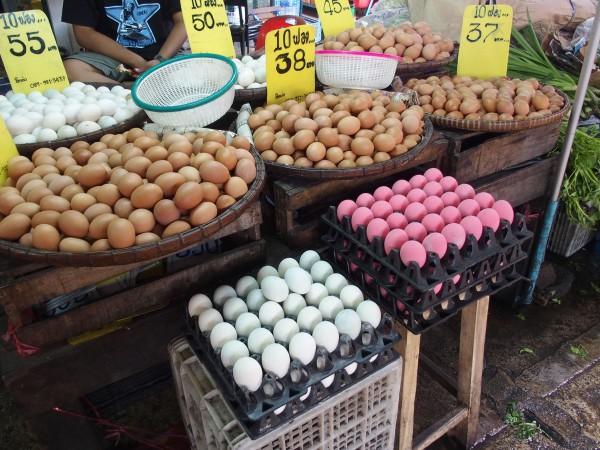 Des oeufs violets au marché de Thewet