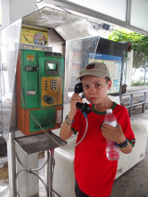Titouan à une cabine téléphonique à Bangkok