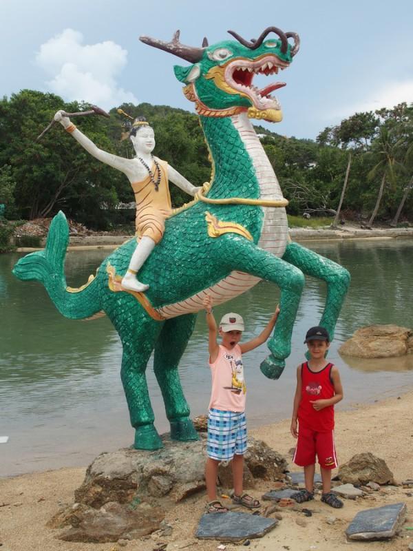 Titouan porte un dragon - Big Buddha - Koh Samui