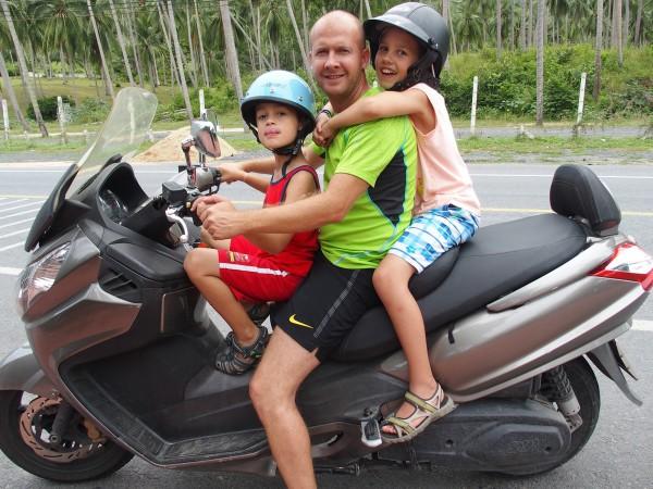 A trois-quatre sur le scooter - Koh Samui