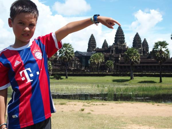Titouan touche la pointe d'Angkor Wat
