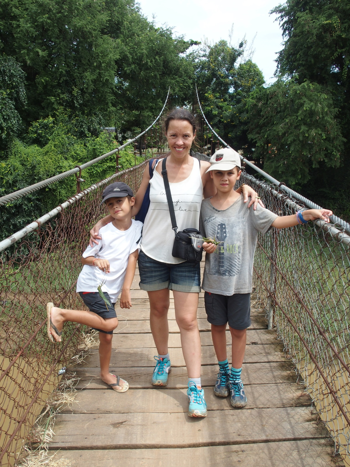 Guinou, Titouan et Anton - pont suspendu - Battambang