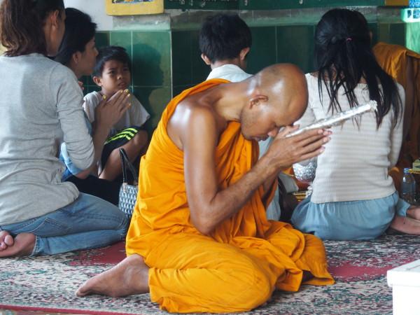 Monk en prière à Phnom Sapou - Battambang