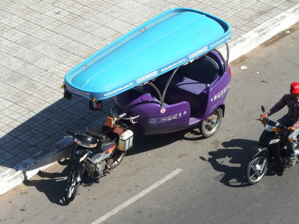 Un tuk tuk moderne et moche à Phnom Penh