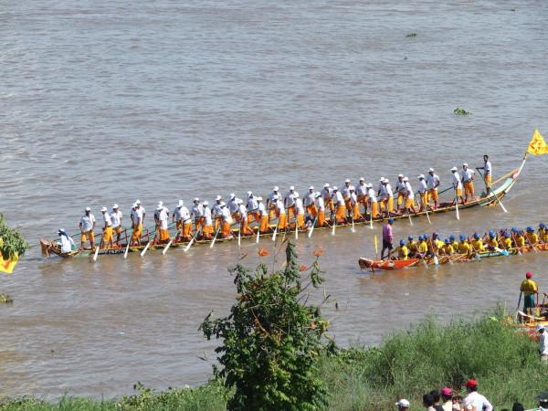 Courses de pirogues pour Bom Om Touk - Fête de l'eau - Phnom Penh