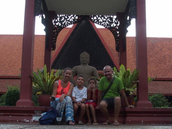 Guinou, Syl20, Titouan et Anton au Musée des Beaux Arts de Phnom Penh