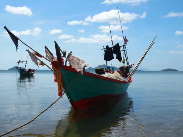 Bateau du village de pêcheurs à Kep - Cambodge