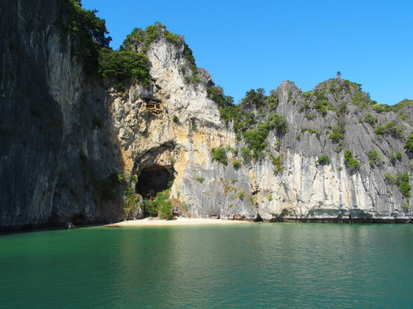Grotte, mini temple et plage - Baies d'Ha Long et Lan Ha - Vietnam