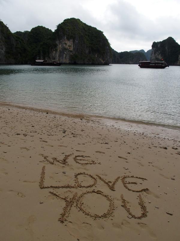 Notre bateau vu de la plage - Baies d'Ha Long et Lan Ha - Vietnam