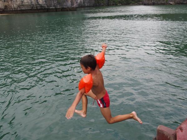 Anton saute depuis le bateau - Baies d'Ha Long et Lan Ha - Vietnam