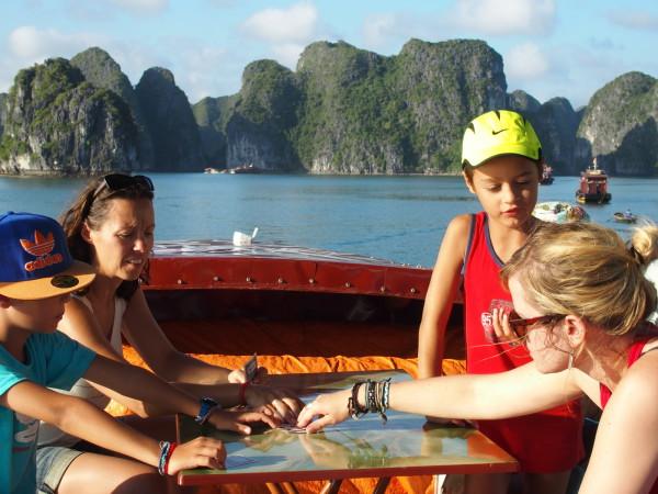 Titouan, Guinou, Anton et Natacha jouent aux cartes - Baies d'Ha Long et Lan Ha - Vietnam