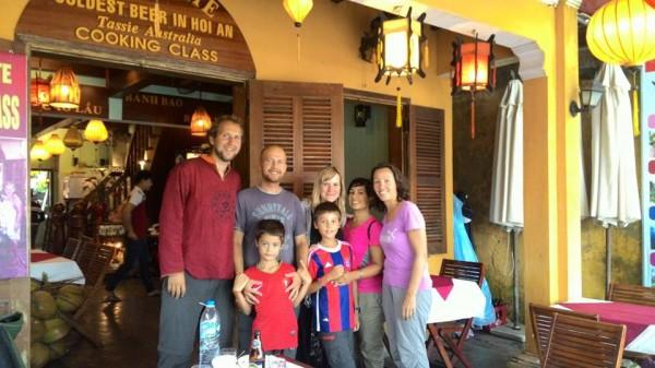 """Avec nos amis de """"croisière"""" de la baie d'Ha Long : François, Natacha et Cynthia."""