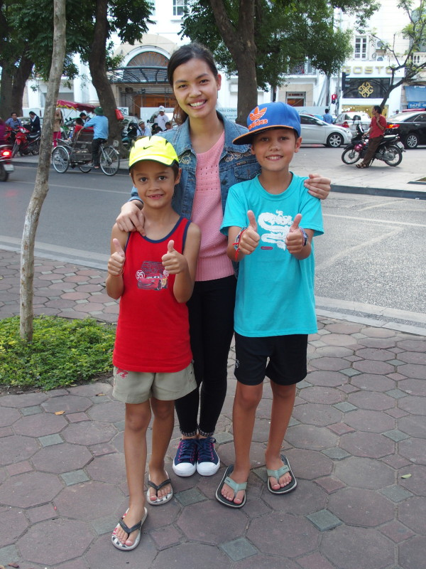 Anton, Titouan et une étudiante vietnamienne - Hanoi - Vietnam
