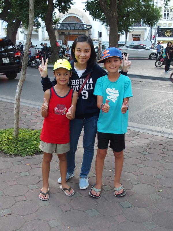 Anton, Titouan et une autre étudiante vietnamienne - Hanoi - Vietnam