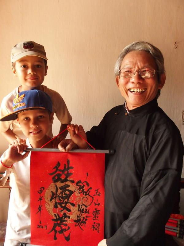 Hanoi - Anton, Titouan et le prêtre calligraphe - Temple du lac Hoan Kiem - Cambodge