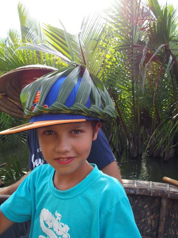 Titouan avec une couronne en palmier - Hoi An - Vietnam