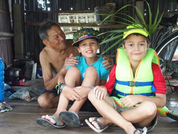 Un vieil homme, Titouan et Anton - Hoi An - Vietnam