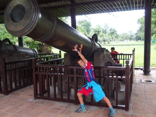 Titouan porte un canon à Huê - Vietnam