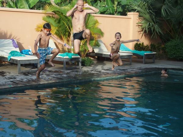 Saut dans la piscine de Botanica - Kep - Cambodge