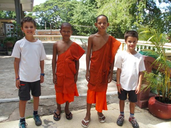 Titouan, Anton et les enfants monks - Kep - Cambodge