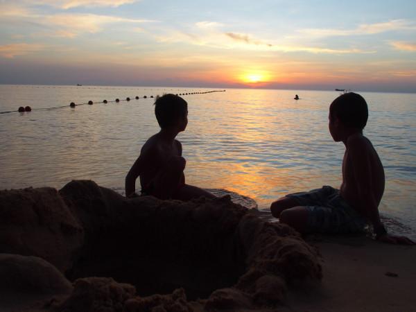 Anton et Titouan au coucher de soleil à Phu Quoc - Vietnam