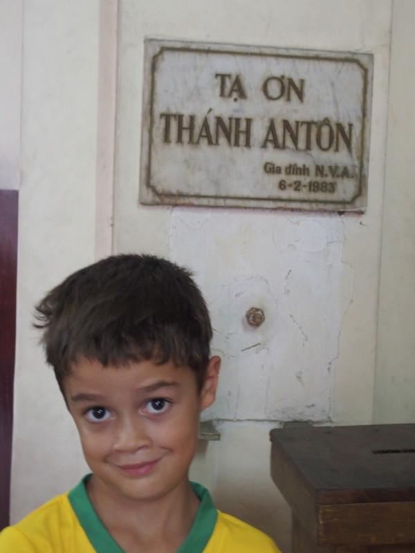 Anton dans la cathédrale Notre-Dame de Saigon