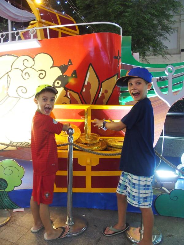 Titouan et Anton devant les décorations de Noël de Saigon - Vietnam