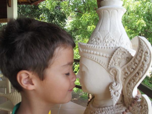 Anton et la statue - Hamsa resort - Lovina - Bali