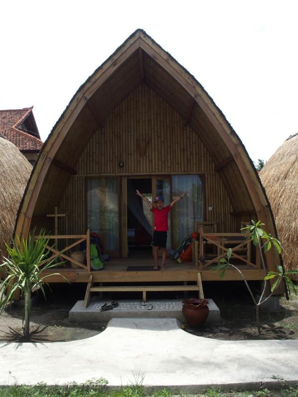 Titouan devant notre bungalow au Bambu Cottage à Gili Air