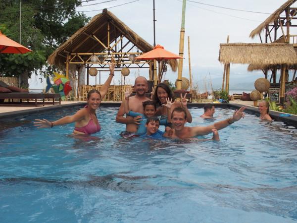 Piscine du Bambu Cottages à Gili Air avec nos amis Manue et Stéphane