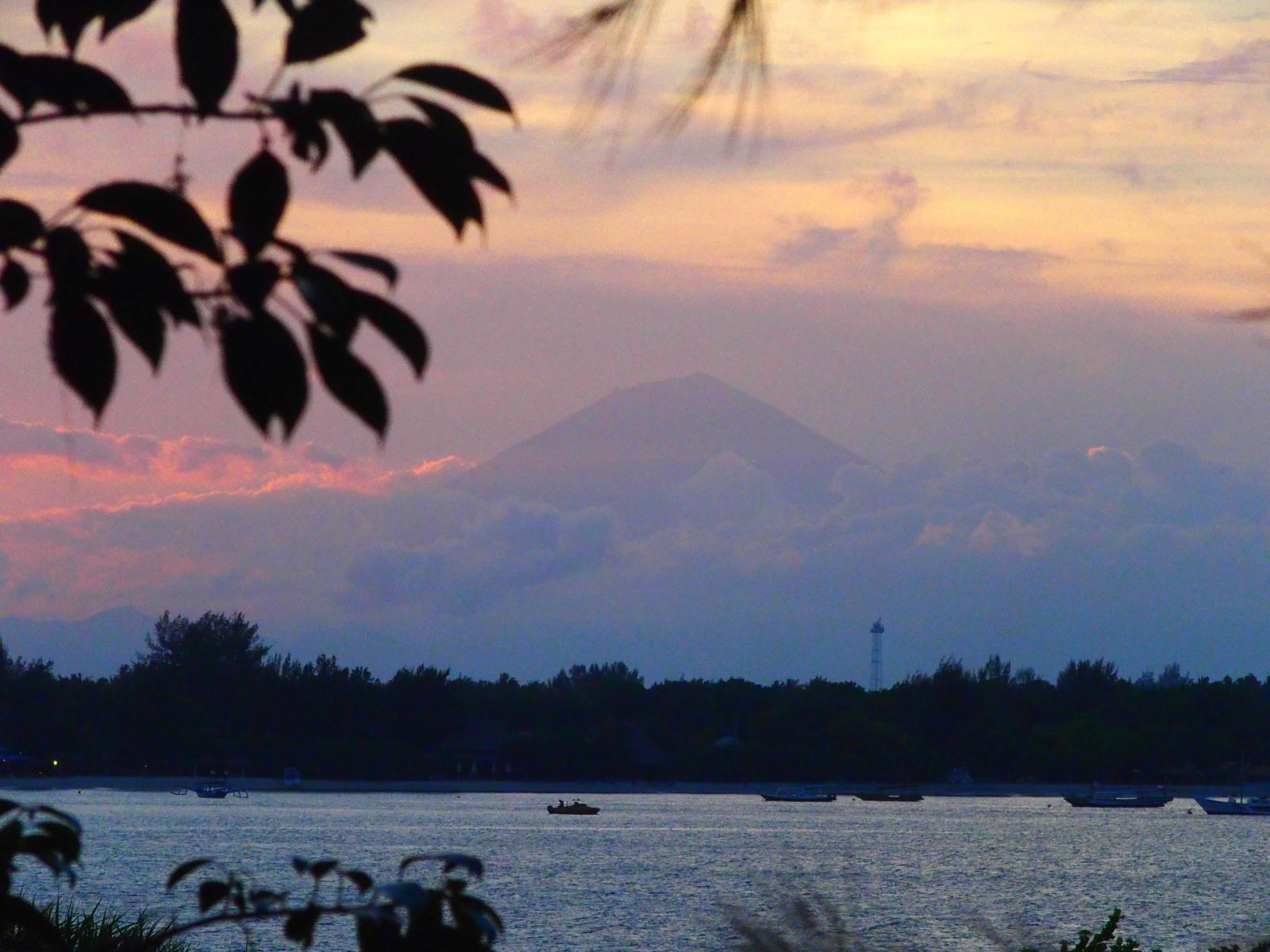 Coucher de soleil sur le Mont Agung de Bali depuis Gili Meno